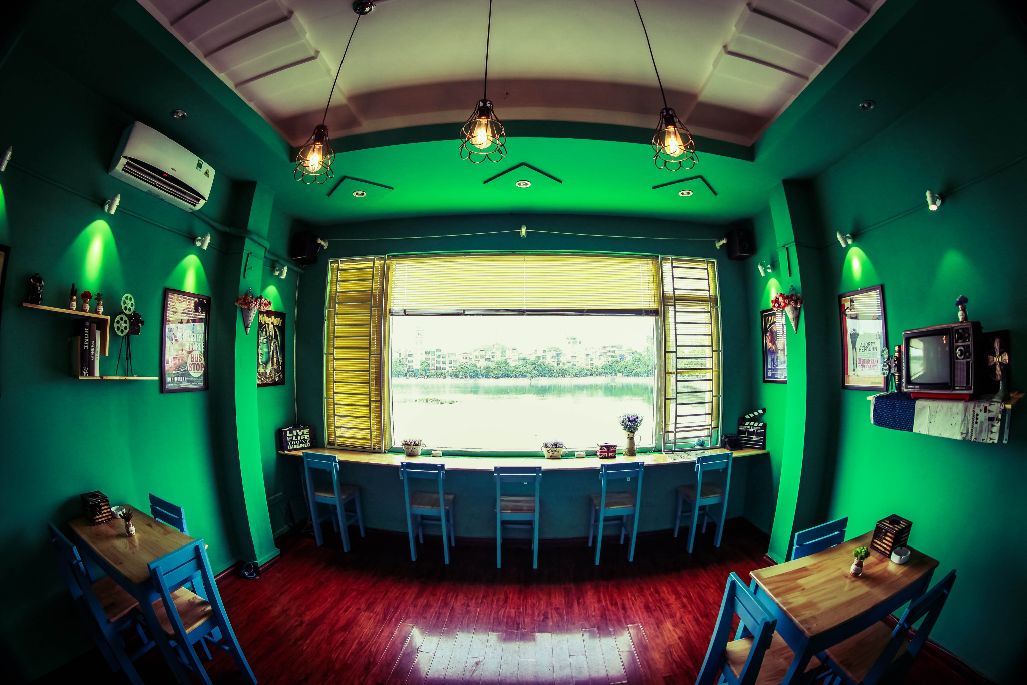 khong-gian-cafe-phim-view-ho